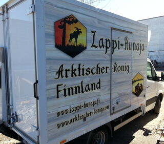 Mainosteipattu auto Lappi-Hunaja