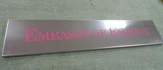 Ruostumattomasta teräksestä kyltti Embassy of Fashion