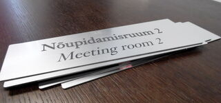 Jyrsitty kyltti - Meeting room