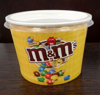 Muki kannella ja logolla M&M