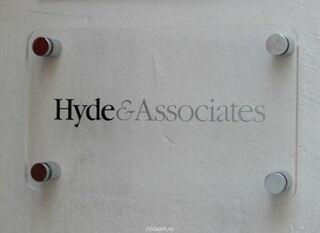 Pleksilasikyltti Hyde & Associates