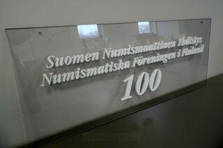 Pleksilasikyltti Suomen Numismaattinen Yhdistys