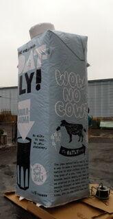 3 m korkea ilmatäytteinen maitopakkaus